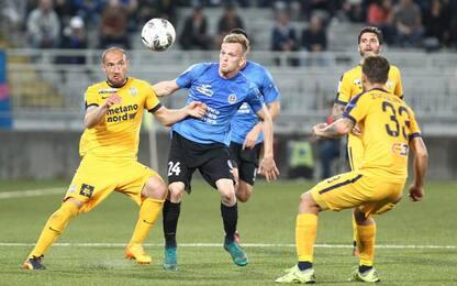 Pazzini salva il Verona: con il Novara finisce 2-2