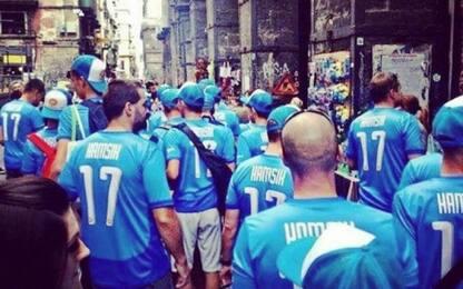 Napoli, turisti in centro con la maglia di Hamsik