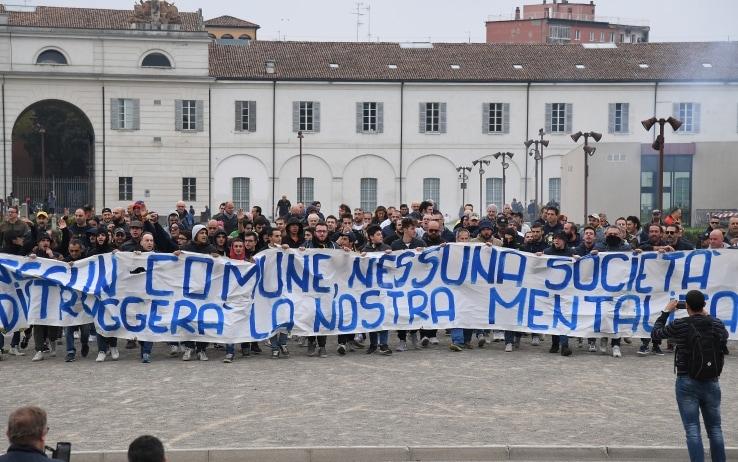 Protesta dei tifosi del Modena contro la società (LaPresse)