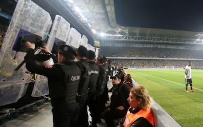 Fenerbahce-Besiktas, ancora violenza: gara sospesa