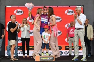 Giro, Viviani sul podio con il figlio di Scarponi