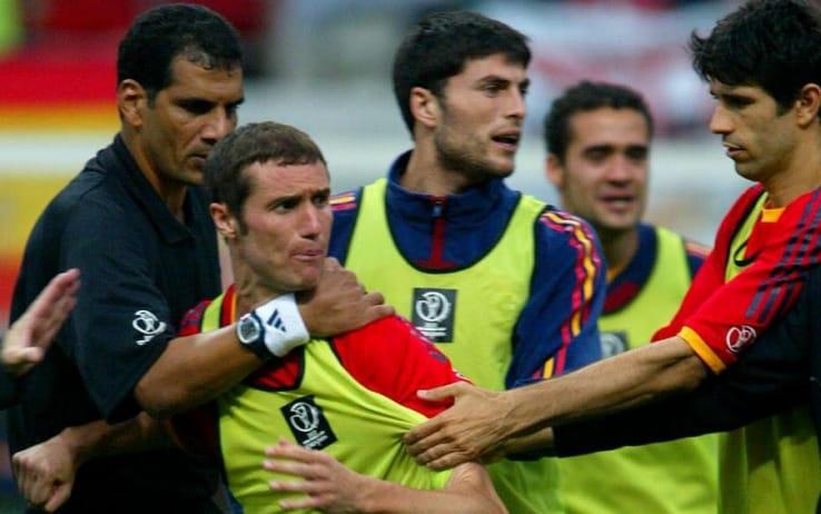 La furia di Helguera contro l'arbitro egiziano