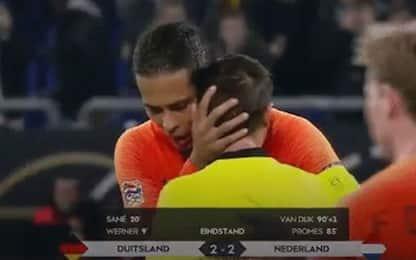 Arbitro in lutto piange, van Dijk lo consola