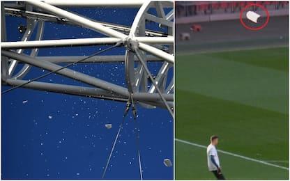 Paura a Wembley, il ghiaccio si stacca dall'arco