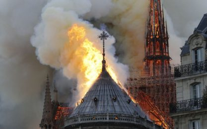 Fiamme a Notre-Dame, simbolo della Francia. FOTO