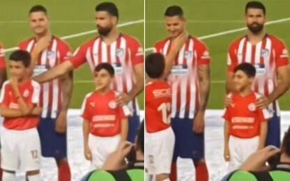 Diego Costa, che fai? Lo scherzo al bimbo. VIDEO