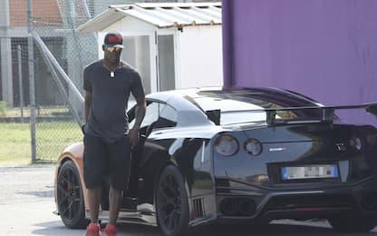 Balotelli si allena a Brescia e arriva in supercar
