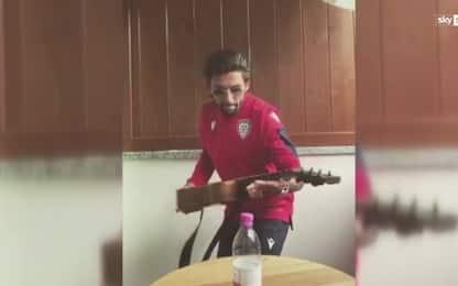 #BottleCapChallenge, Castro usa la chitarra