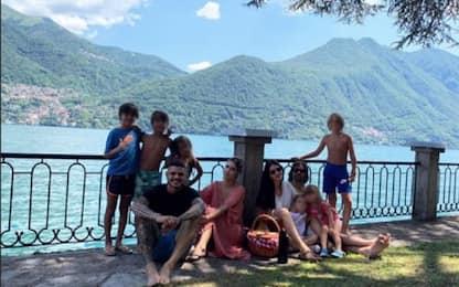 Icardi, relax al lago: gioca a pallone con i figli