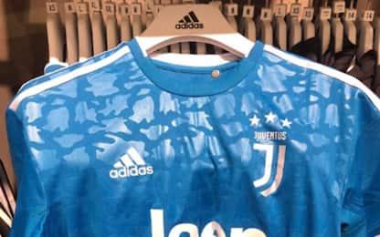 Juve, ecco la terza maglia: domina il blu. FOTO