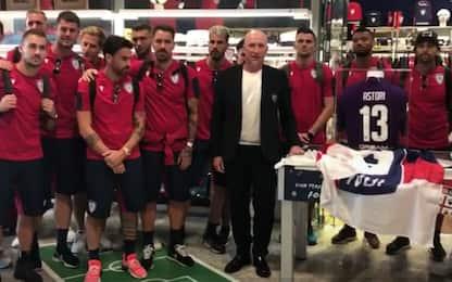 Cagliari ricorda Astori, la maglia all'aeroporto