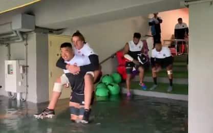 Paura tifone? La nazionale giapponese va in campo
