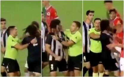 Argentina, giocatore espulso picchia tutti: VIDEO