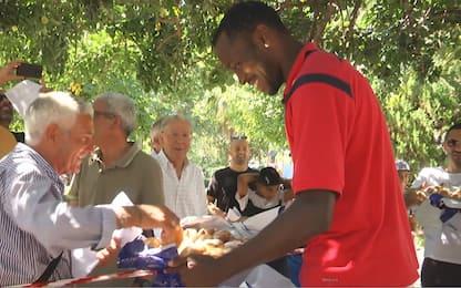 Crotone, Simy porta la colazione ai tifosi. VIDEO
