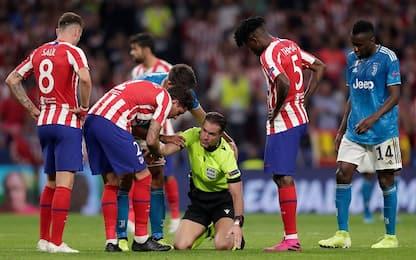 Khedira spazza, l'arbitro viene abbattuto. VIDEO