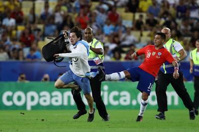 Cile, Jara stende invasore con un calcio. FOTO