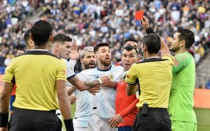 Scintille Messi-Medel, espulsi dopo testa a testa