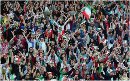 Iran, donne per la prima volta allo stadio. FOTO