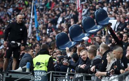 Tifosi Eintracht strappano via i seggiolini. FOTO