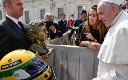 Papa Francesco riceve casco e statua di Senna