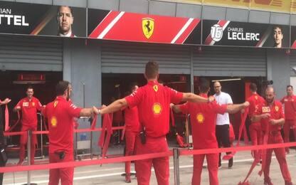 Ferrari, come meccanici si preparano ai pit. FOTO