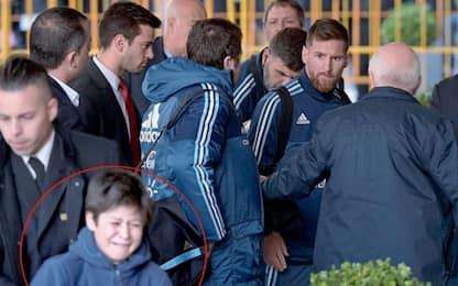 Bimbo allontanato, Messi si arrabbia con security