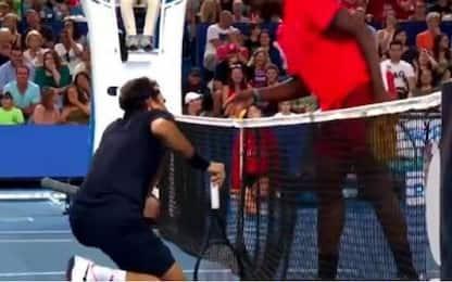 Federer, una pallina lo colpisce in faccia. VIDEO
