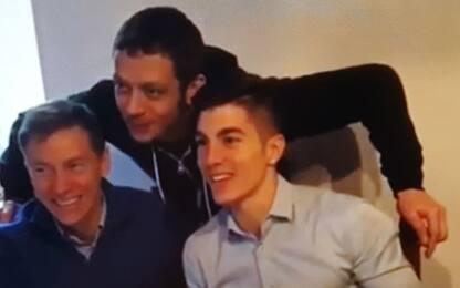 Viñales compie 22 anni, festa in Yamaha con Rossi