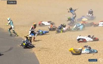 Le Mans, tutti giù per terra: il maxi incidente