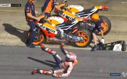 Attento Marquez! Inciampa in pit lane