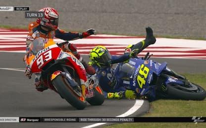 Marquez abbatte Rossi. Video, reazioni e commenti
