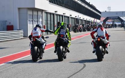 Guido Meda in pista con Valentino Rossi. FOTO
