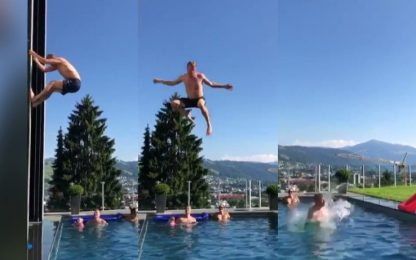 Raikkonen cambia sport: il tuffo pazzo. VIDEO