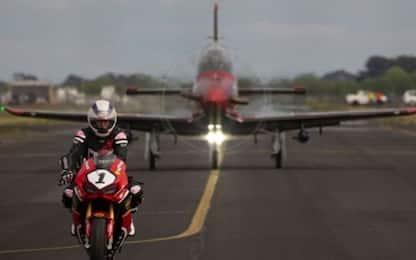 Sfida ad alta velocità: moto contro aereo. VIDEO