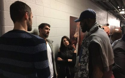 NBA, LeBron James rende onore a Michael Phelps