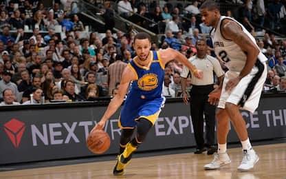 NBA, Curry guida la rimonta Warriors sugli Spurs