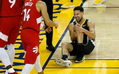 Thompson si fa male al ginocchio, ma tira i liberi