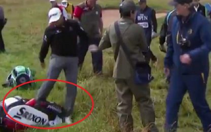 Golf: McDowell prende a calci la borsa. VIDEO