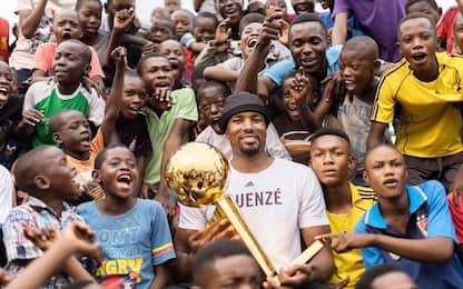 Ibaka, pranzo col trofeo NBA nella sua Brazzaville