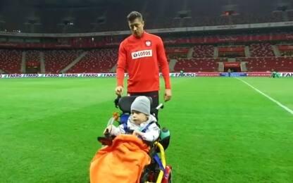 Lewandowski cuore d'oro, in campo col baby tifoso