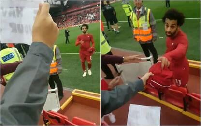 Liverpool, Salah regala maglia a bimbo in lacrime