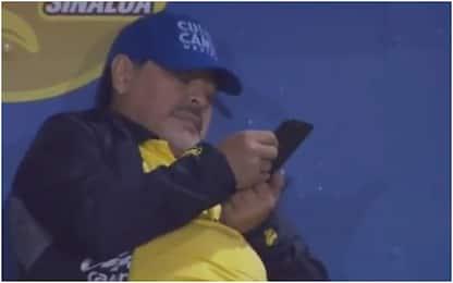 Maradona allena, ma il cellulare lo distrae: VIDEO