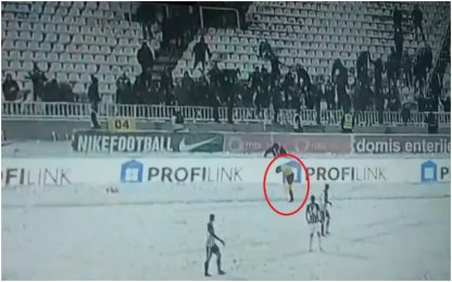 Tifosi Partizan, palle di neve contro guardalinee