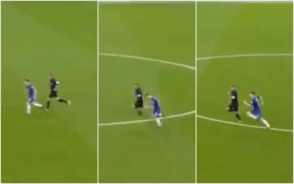Jorginho lento, l'arbitro corre più di lui. VIDEO
