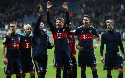 Lipsia, pari e polemiche. Il Bayern allunga