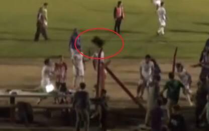 Rissa in campo, giocatore lancia pc contro tifoso!