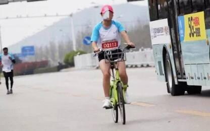 Corre in bici la Maratona, squalificata a vita