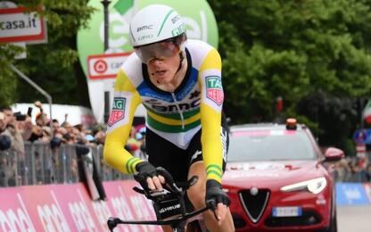 Giro, a Dennis la crono. Yates resta in rosa