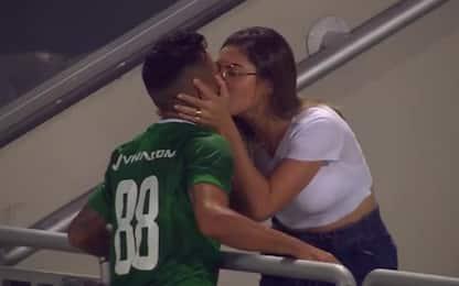 Segna e bacia la fidanzata, arbitro annulla. VIDEO