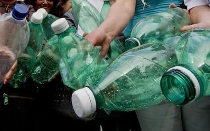 Nel mondo venduto un milione di bottiglie di plastica al minuto